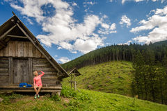 Mujer que acampa y que mira paisaje inspirador de la montaña Imágenes de archivo libres de regalías