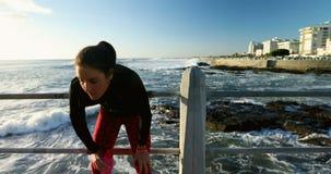 Mujer que activa cerca de la playa 4k metrajes
