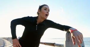 Mujer que activa cerca de la playa 4k almacen de metraje de vídeo
