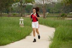 Mujer que activa en el parque. Foto de archivo