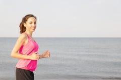 Mujer que activa por la playa con el espacio de la copia imágenes de archivo libres de regalías