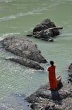 Mujer que adora por el río Ganges en Rishikesh, la India Fotografía de archivo libre de regalías