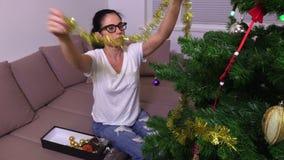 Mujer que adorna el árbol de navidad metrajes