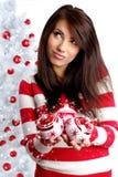 Mujer que adorna el árbol de navidad blanco Fotografía de archivo