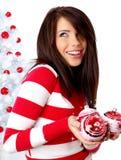 Mujer que adorna el árbol de navidad blanco Imagen de archivo
