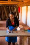 Mujer que adorna el papel hecho a mano Fotografía de archivo libre de regalías