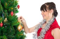 Mujer que adorna el árbol de navidad Fotos de archivo