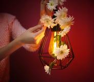 Mujer que adorna la lámpara Fotografía de archivo libre de regalías