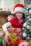 Mujer que adorna su hogar para la Navidad Fotografía de archivo libre de regalías