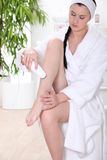 Mujer que afeita las piernas Imagenes de archivo
