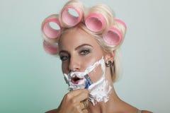 Mujer que afeita su cara Fotografía de archivo