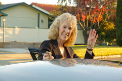 Mujer que agita adiós Foto de archivo libre de regalías