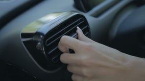 Mujer que ajusta el sistema del conductor del aire del automóvil almacen de video
