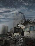 Mujer que alcanza hacia fuera de las ruinas Foto de archivo libre de regalías