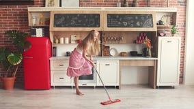 Mujer que aljofifa el piso alegre almacen de metraje de vídeo