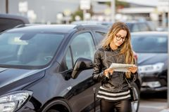 Mujer que alquila un coche fotografía de archivo libre de regalías