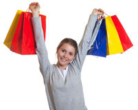 Mujer que anima después de hacer compras Imagenes de archivo