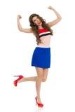 Mujer que anima en Mini Dress Is Standing On una pierna Imagenes de archivo