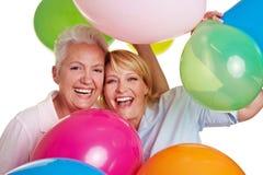 Mujer que anima feliz con los globos Imagen de archivo libre de regalías
