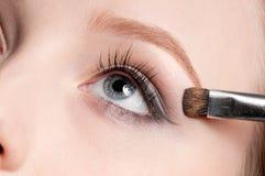 Mujer que aplica el cepillo cosmético Imagen de archivo libre de regalías