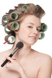 Mujer que aplica el cepillo cosmético del polvo Imagen de archivo