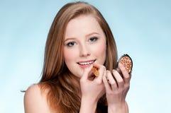 Mujer que aplica el lápiz labial cosmético Imágenes de archivo libres de regalías