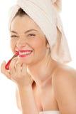 Mujer que aplica el lápiz labial rojo imágenes de archivo libres de regalías