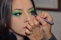 Mujer que aplica el maquillaje 2 Foto de archivo libre de regalías