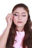 Mujer que aplica el polvo del sombreador de ojos Imágenes de archivo libres de regalías