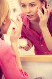 Mujer que aplica la crema de piel hidratante Skincare Foto de archivo libre de regalías