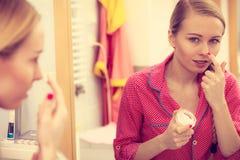 Mujer que aplica la crema de piel hidratante Skincare Fotos de archivo libres de regalías