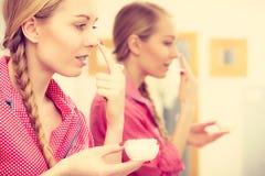 Mujer que aplica la crema de piel hidratante Skincare Imagen de archivo
