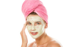 Mujer que aplica la crema facial Fotografía de archivo libre de regalías