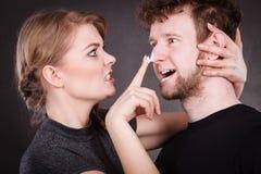 Mujer que aplica la crema a su cara del hombre fotografía de archivo libre de regalías