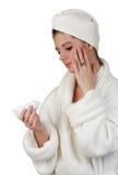 Mujer que aplica la loción de la piel fotos de archivo