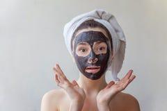 Mujer que aplica la máscara en cara Fotografía de archivo libre de regalías