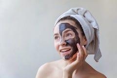 Mujer que aplica la máscara en cara Fotografía de archivo
