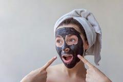 Mujer que aplica la máscara en cara Imágenes de archivo libres de regalías