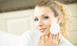 Mujer que aplica los cosméticos Fotos de archivo libres de regalías