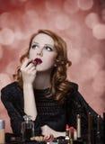 Mujer que aplica los cosméticos imágenes de archivo libres de regalías