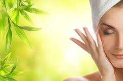 Mujer que aplica los cosméticos orgánicos Foto de archivo libre de regalías