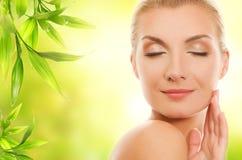 Mujer que aplica los cosméticos orgánicos Foto de archivo