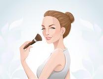 Mujer que aplica maquillaje Foto de archivo libre de regalías