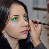 Mujer que aplica maquillaje Fotografía de archivo
