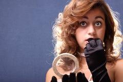 Mujer que aplica maquillaje Fotos de archivo libres de regalías