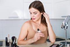 Mujer que aplica maquillaje fotografía de archivo libre de regalías