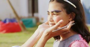 Mujer que aplica maquillaje en las mejillas 4k de la muchacha almacen de metraje de vídeo
