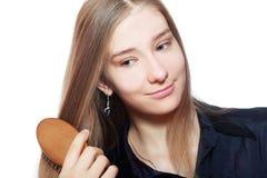 Mujer que aplica su pelo con brocha Fotos de archivo libres de regalías