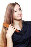 Mujer que aplica su pelo con brocha Foto de archivo libre de regalías