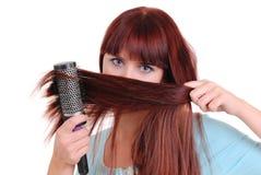 Mujer que aplica su pelo con brocha imagen de archivo